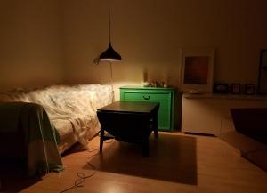 Ich hänge eine Lampe für meine Tochter auf
