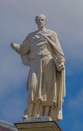 Alkuin von York als Dachfigur des Kunsthistorischen Museums Wien